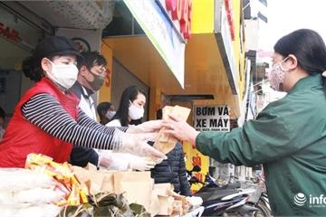 Bánh mì, cháo miễn phí ấm lòng bệnh nhân Bệnh viện Thanh Nhàn
