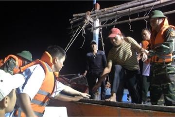 Quảng Bình: Thuyền hỏng máy bị chìm trên biển, 6 ngư dân gặp nạn