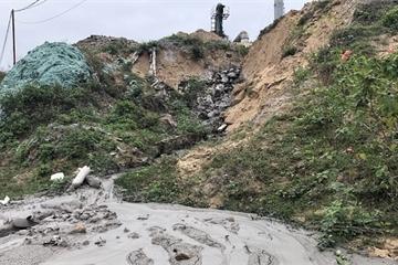 Quảng Bình: Trạm trộn bê tông nhựa nhả khói đen kịt, nước thải hôi nồng nặc