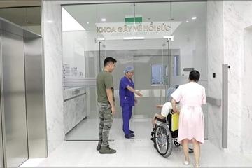 Sự thật bức ảnh bác sĩ bắt tay bệnh nhân trước khi vào phòng mổ