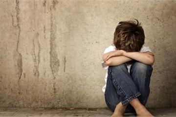 Bé trai bị bà đồng nát xâm hại: Đừng nghĩ con trai là an toàn