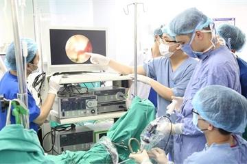 Biến chứng sỏi thận, bệnh nhân được mổ ngay trên giường cấp cứu