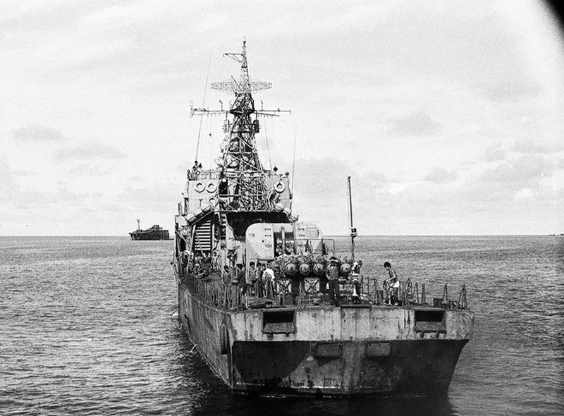 Ảnh vô giá: Bộ đội Việt Nam giữ đảo Trường Sa năm 1988 sau trận Gạc Ma - ảnh 1