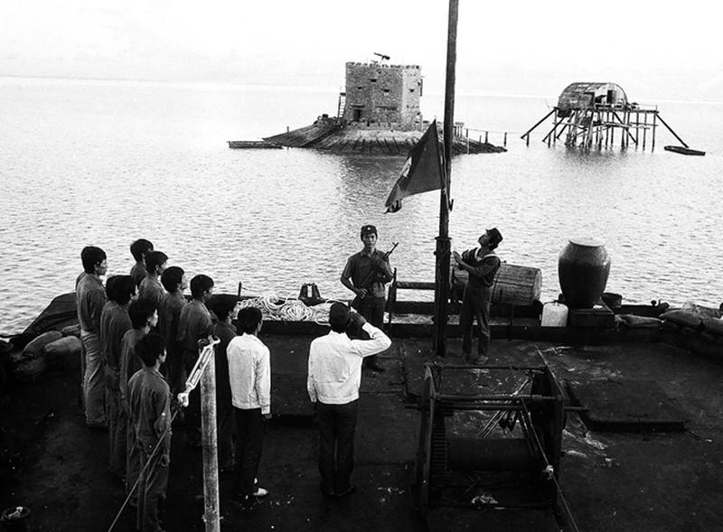 Ảnh vô giá: Bộ đội Việt Nam giữ đảo Trường Sa năm 1988 sau trận Gạc Ma - ảnh 10