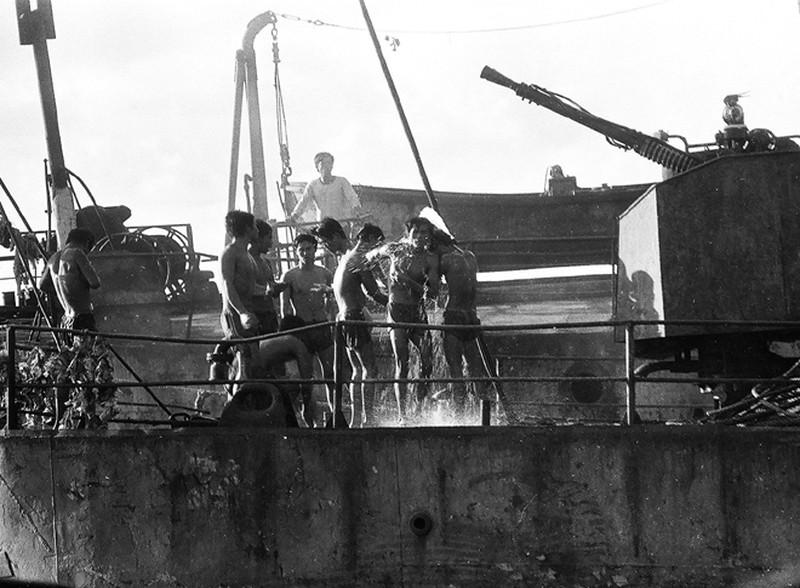Ảnh vô giá: Bộ đội Việt Nam giữ đảo Trường Sa năm 1988 sau trận Gạc Ma - ảnh 17
