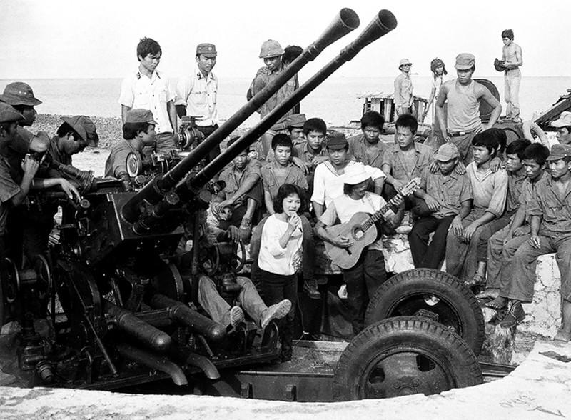 Ảnh vô giá: Bộ đội Việt Nam giữ đảo Trường Sa năm 1988 sau trận Gạc Ma - ảnh 19