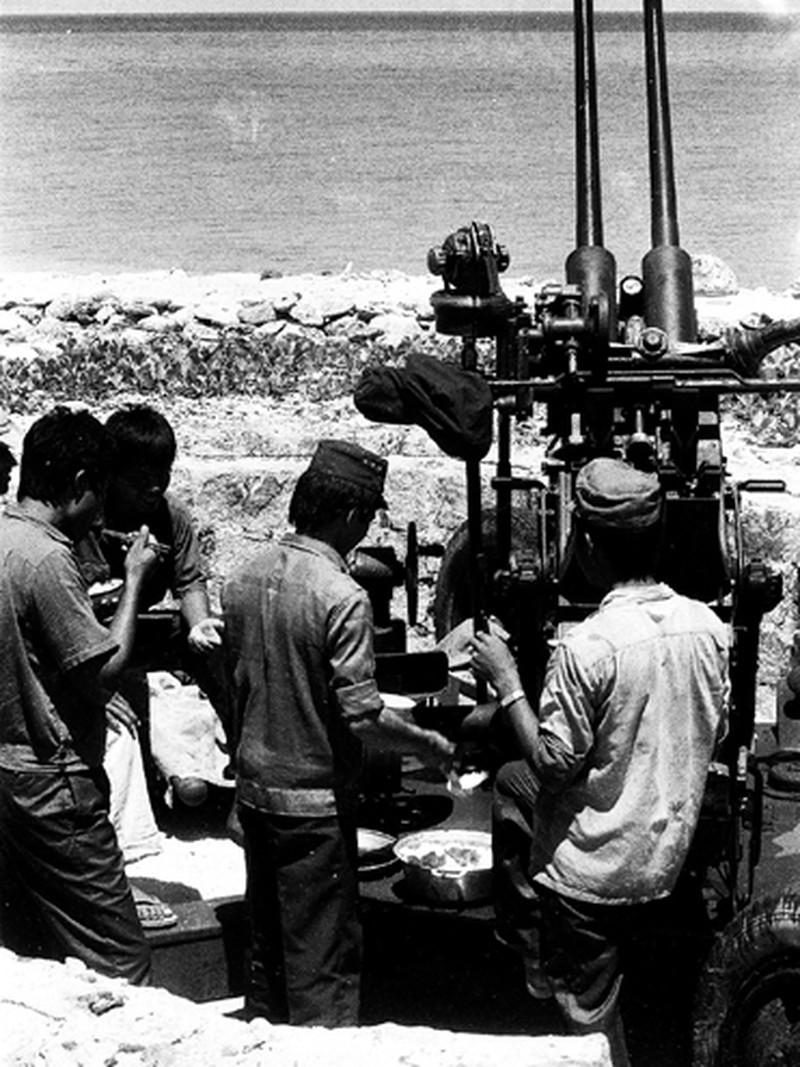 Ảnh vô giá: Bộ đội Việt Nam giữ đảo Trường Sa năm 1988 sau trận Gạc Ma - ảnh 5