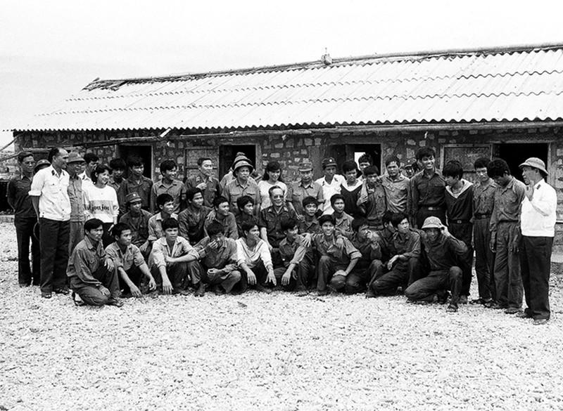 Ảnh vô giá: Bộ đội Việt Nam giữ đảo Trường Sa năm 1988 sau trận Gạc Ma - ảnh 7