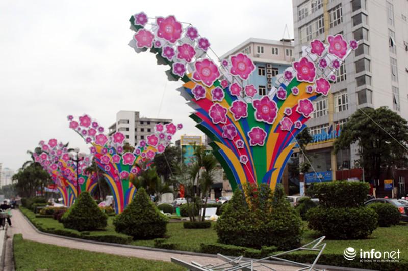 Trang trí hoa đào trên đường đẹp nhất Thủ đô: Chưa xong đã dỡ - ảnh 1