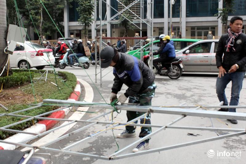 Trang trí hoa đào trên đường đẹp nhất Thủ đô: Chưa xong đã dỡ - ảnh 13