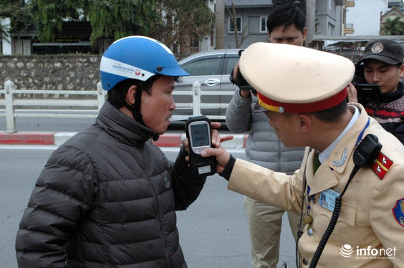 CSGT ra quân kiểm tra nồng độ cồn đối với người điều khiển ô tô, xe máy - ảnh 11