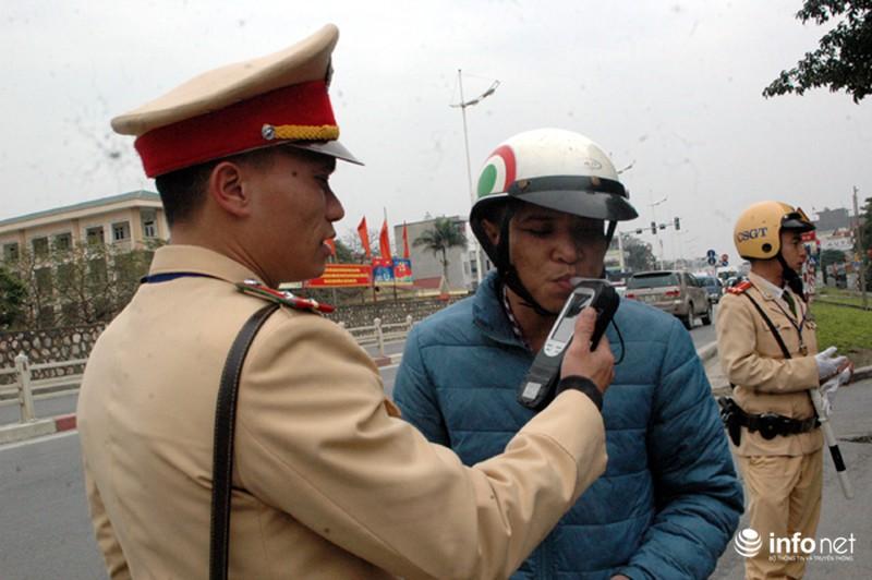 CSGT ra quân kiểm tra nồng độ cồn đối với người điều khiển ô tô, xe máy - ảnh 12