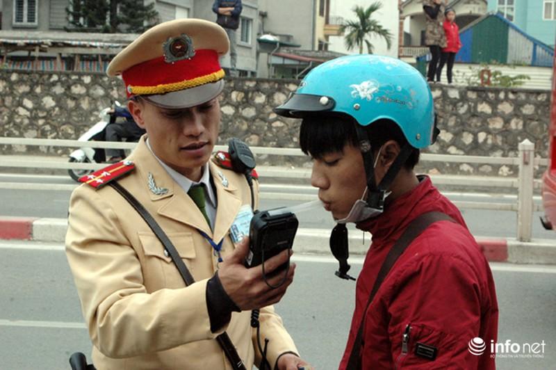 CSGT ra quân kiểm tra nồng độ cồn đối với người điều khiển ô tô, xe máy - ảnh 13