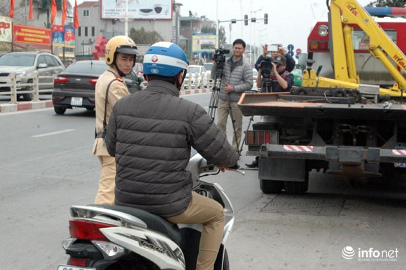CSGT ra quân kiểm tra nồng độ cồn đối với người điều khiển ô tô, xe máy - ảnh 5