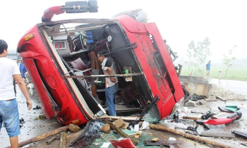 Hà Tĩnh: Xe khách lật ngửa giữa quốc lộ, ít nhất 2 người tử vong - ảnh 6