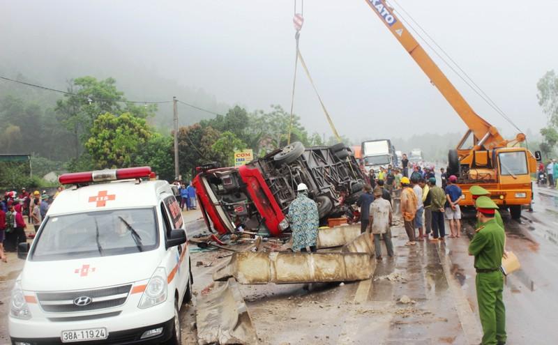 Hà Tĩnh: Xe khách lật ngửa giữa quốc lộ, ít nhất 2 người tử vong - ảnh 1