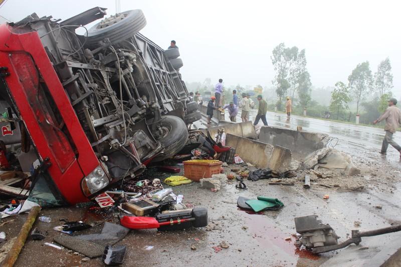 Hà Tĩnh: Xe khách lật ngửa giữa quốc lộ, ít nhất 2 người tử vong - ảnh 2