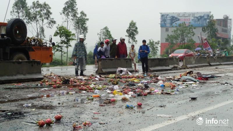 Hà Tĩnh: Xe khách lật ngửa giữa quốc lộ, ít nhất 2 người tử vong - ảnh 3