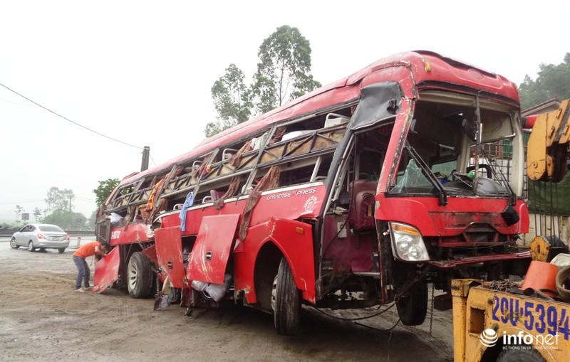 Hà Tĩnh: Xe khách lật ngửa giữa quốc lộ, ít nhất 2 người tử vong - ảnh 4