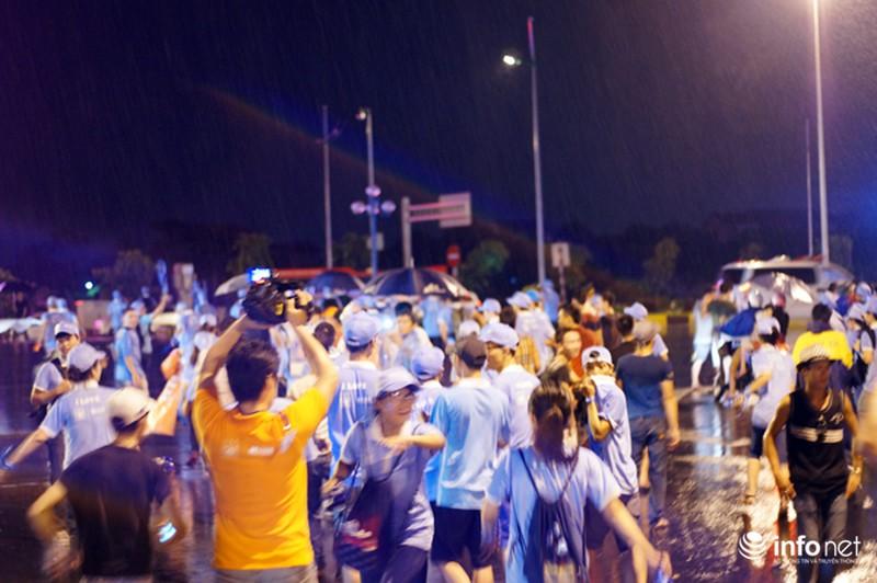 CĐV Việt Nam đội mưa đón CLB Man City đến Hà Nội - ảnh 10