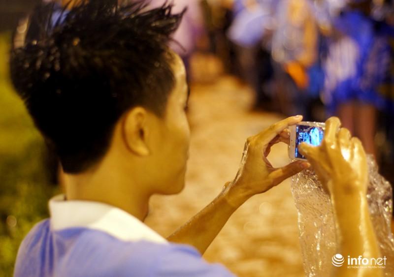 CĐV Việt Nam đội mưa đón CLB Man City đến Hà Nội - ảnh 6