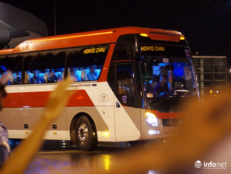 CĐV Việt Nam đội mưa đón CLB Man City đến Hà Nội - ảnh 8
