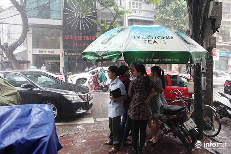 Đội mưa tới ăn