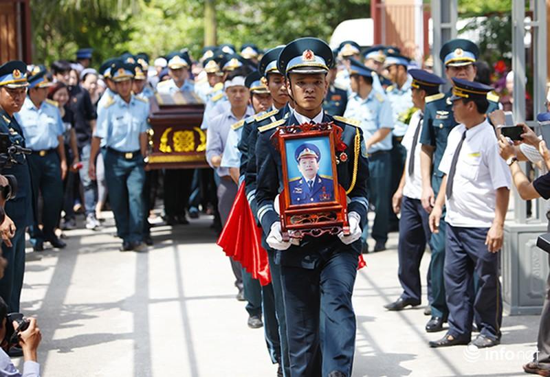 Xúc động giây phút tiễn biệt Đại tá phi công Trần Quang Khải - ảnh 3
