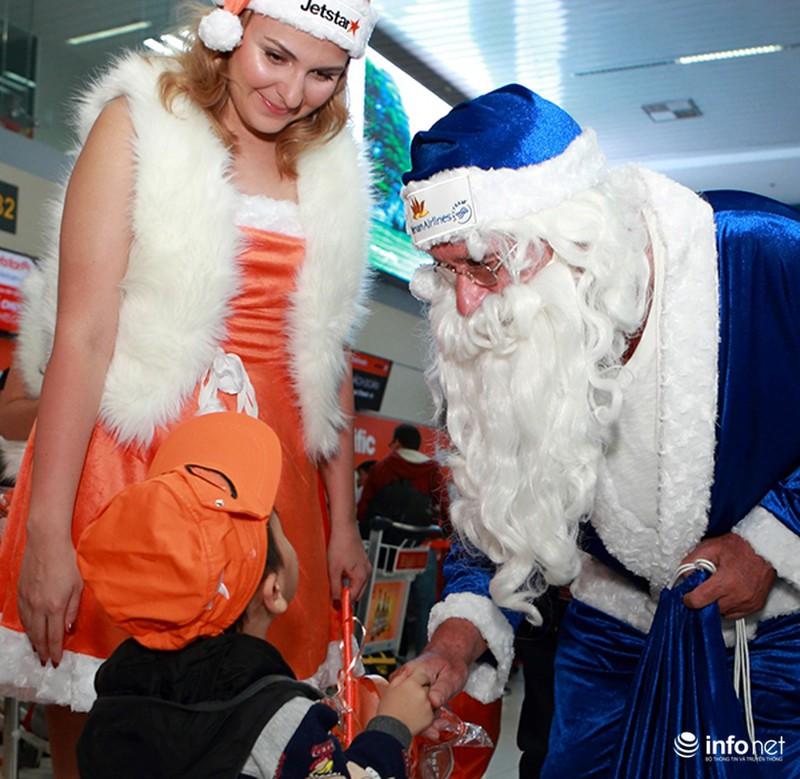 Ông già Noel tặng quà cho hành khách đi máy bay - ảnh 2