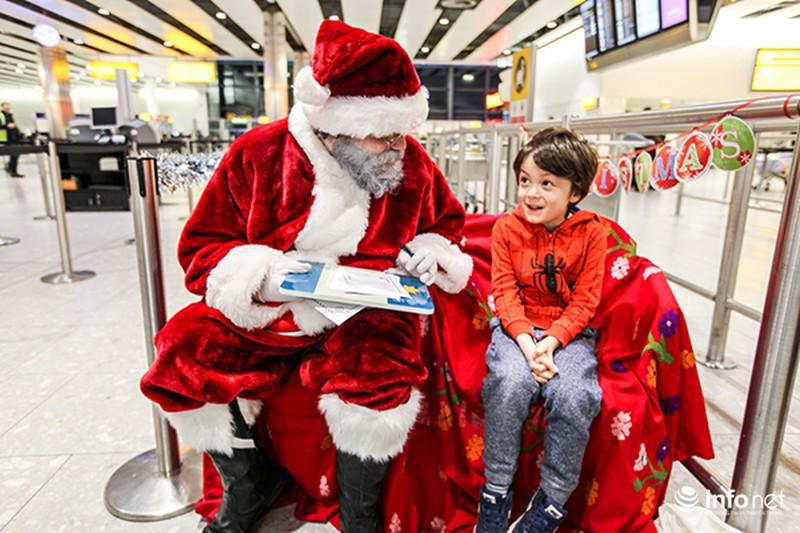 Ông già Noel tặng quà cho hành khách đi máy bay - ảnh 1