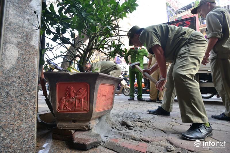 Hà Nội ra quân xử lý lấn chiếm vỉa hè: Người dân ủng hộ, tự dỡ phần vi phạm - ảnh 6