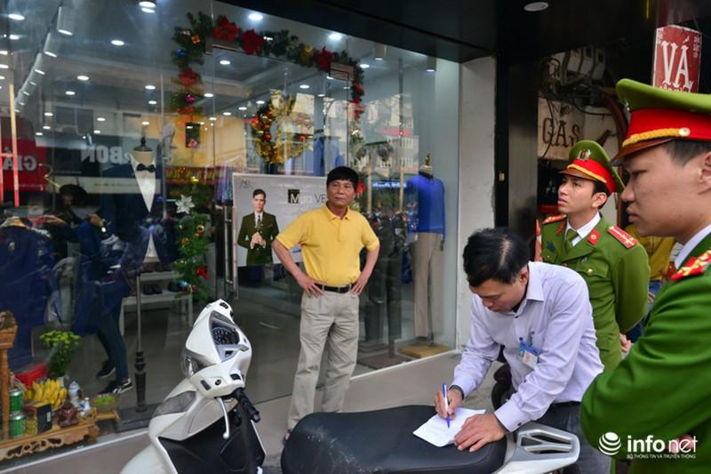 Hà Nội ra quân xử lý lấn chiếm vỉa hè: Người dân ủng hộ, tự dỡ phần vi phạm - ảnh 4