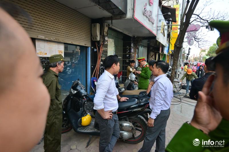 Hà Nội ra quân xử lý lấn chiếm vỉa hè: Người dân ủng hộ, tự dỡ phần vi phạm - ảnh 11