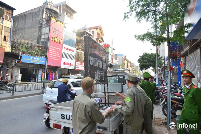 Hà Nội ra quân xử lý lấn chiếm vỉa hè: Người dân ủng hộ, tự dỡ phần vi phạm - ảnh 8