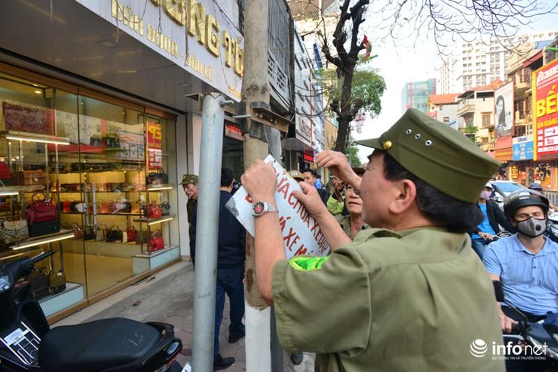 Hà Nội ra quân xử lý lấn chiếm vỉa hè: Người dân ủng hộ, tự dỡ phần vi phạm - ảnh 10