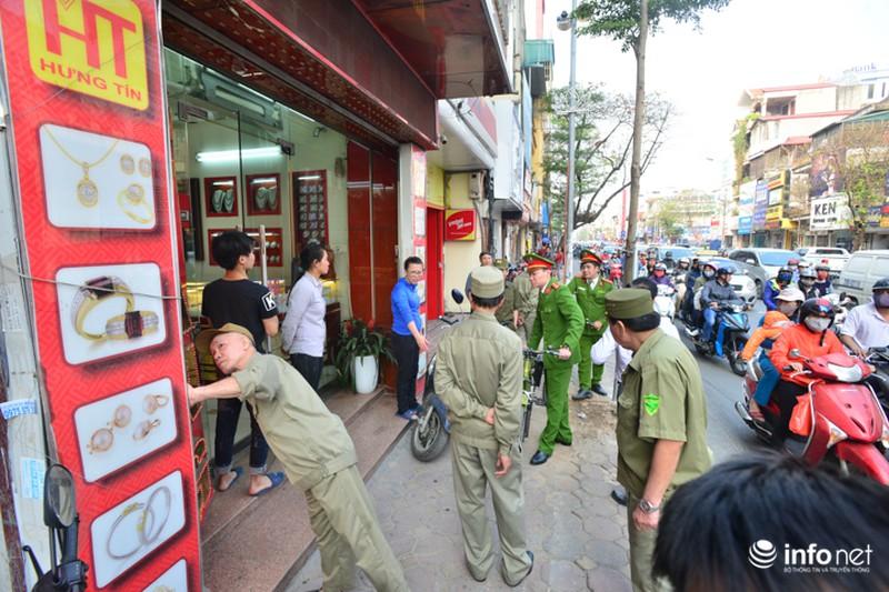 Hà Nội ra quân xử lý lấn chiếm vỉa hè: Người dân ủng hộ, tự dỡ phần vi phạm - ảnh 2