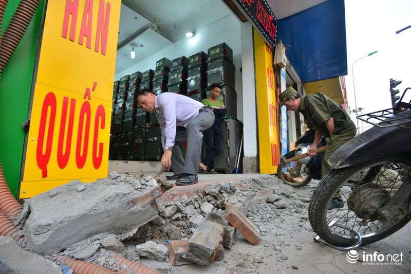Hà Nội ra quân xử lý lấn chiếm vỉa hè: Người dân ủng hộ, tự dỡ phần vi phạm - ảnh 5