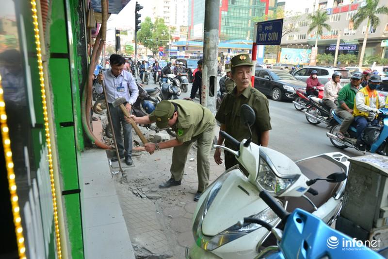 Hà Nội ra quân xử lý lấn chiếm vỉa hè: Người dân ủng hộ, tự dỡ phần vi phạm - ảnh 3