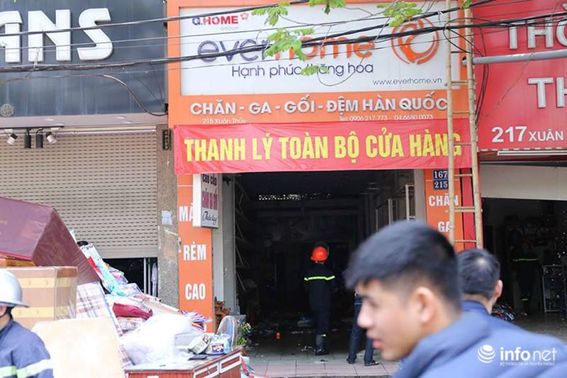 Hà Nội: Cháy cửa hàng chăn ga gối trên đường Xuân Thuỷ - ảnh 1