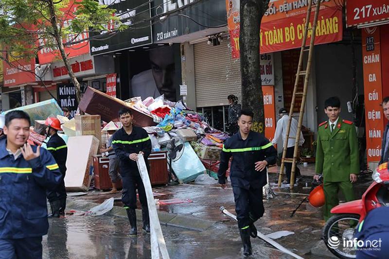 Hà Nội: Cháy cửa hàng chăn ga gối trên đường Xuân Thuỷ - ảnh 2