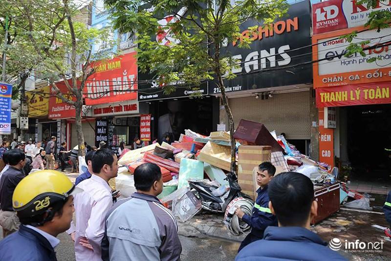 Hà Nội: Cháy cửa hàng chăn ga gối trên đường Xuân Thuỷ - ảnh 4