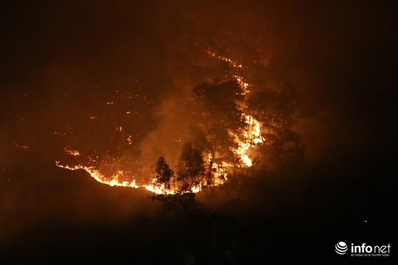 Chùm ảnh: Hơn 2000 người xuyên đêm chữa cháy cứu rừng phòng hộ - ảnh 1