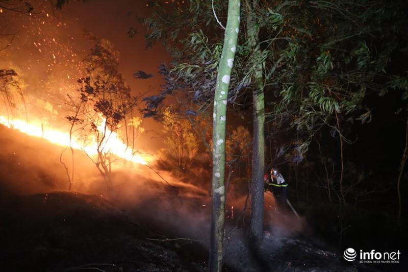 Chùm ảnh: Hơn 2000 người xuyên đêm chữa cháy cứu rừng phòng hộ - ảnh 6
