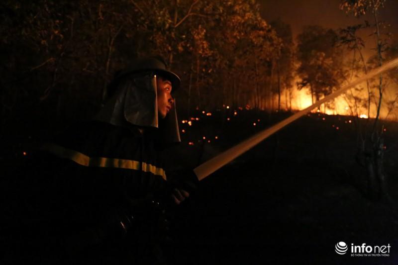 Chùm ảnh: Hơn 2000 người xuyên đêm chữa cháy cứu rừng phòng hộ - ảnh 7