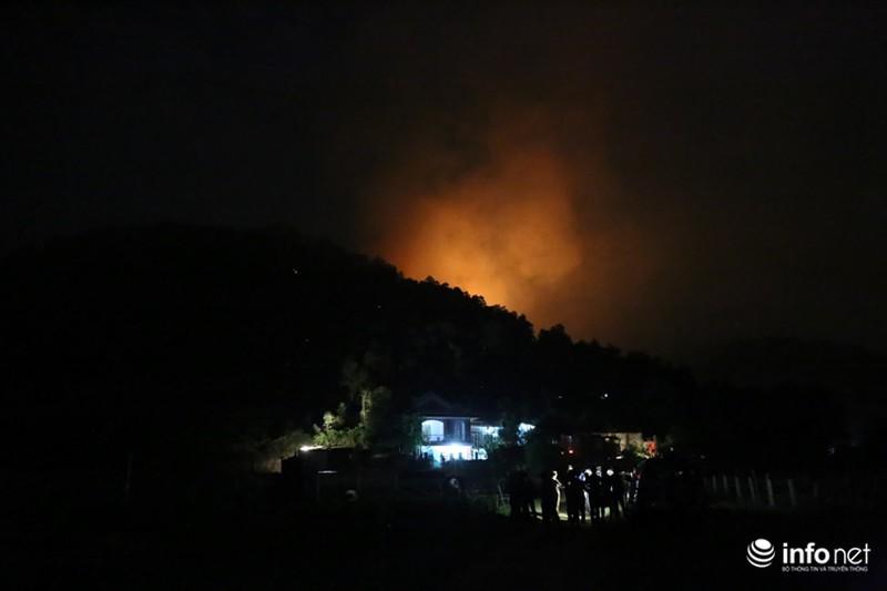 Chùm ảnh: Hơn 2000 người xuyên đêm chữa cháy cứu rừng phòng hộ - ảnh 9