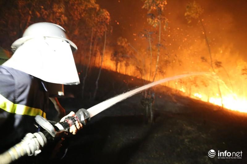 Chùm ảnh: Hơn 2000 người xuyên đêm chữa cháy cứu rừng phòng hộ - ảnh 10