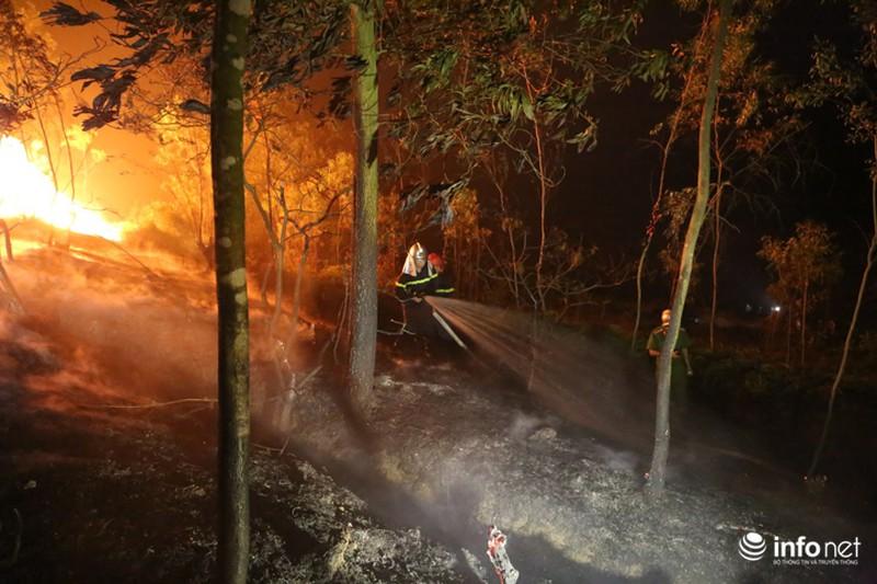Chùm ảnh: Hơn 2000 người xuyên đêm chữa cháy cứu rừng phòng hộ - ảnh 11