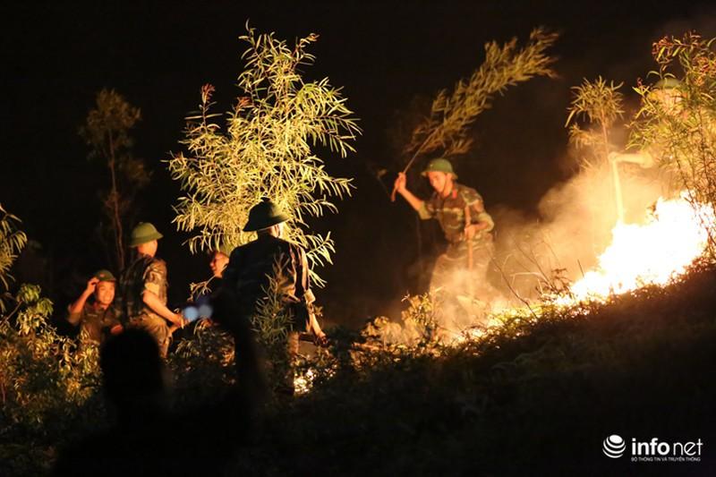 Chùm ảnh: Hơn 2000 người xuyên đêm chữa cháy cứu rừng phòng hộ - ảnh 3