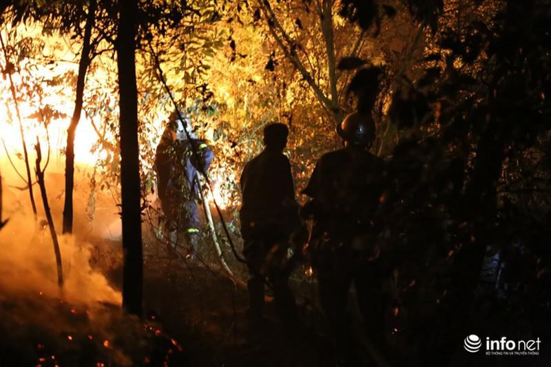 Chùm ảnh: Hơn 2000 người xuyên đêm chữa cháy cứu rừng phòng hộ - ảnh 4