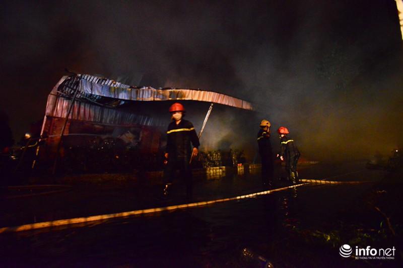 Hiện trường vụ cháy dữ dội kho xưởng tại Khu công nghiệp Nội Bài trong đêm - ảnh 10